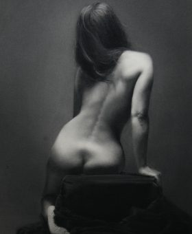 Damir May Nicol charcoal drawing back of the woman sitting on the taburete covered with dark soft fabric